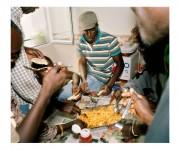 Sábado, reunión de senegaleses en casa de mustafa el ultimo en llegar preparo la comida para todos. Torrejon de Ardoz, Madrid, 2006. Carlos Sanva.