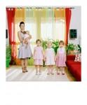 Madre con cuatro hijas. De la serie Familia Games, 2010. Marta Soul.